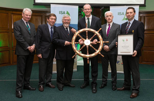 Pictured receiving the award for ISA Mitsubishi Motors Club of the Year are (left/right) David O'Brien, Vice President ISA, Winkie Nixon, Pat Lyons, Commodore Royal Cork Yacht Club, Simon Coveney TD, Minister for Agriculture, Food and the Marine, Billy Riordan, Mitsubishi, and Gavin Deane.